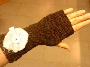 Inspirées d'une célèbre marque espagnol, les mitaines avec une sorte de petite fleur de tissu sur l'avant bras